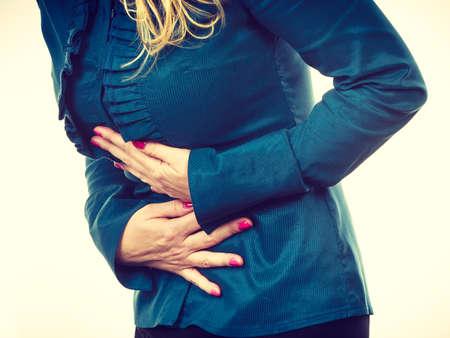 ovario: Empresaria que tiene fuerte dolor de estómago. Síndromes de embarazo indigestión. Mujer elegante que sufren de dolor de vientre. Filtrado.