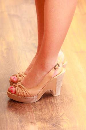 pies sexis: Primer plano de mujer de pies chica sexy vistiendo zapatos de tac�n alto marr�n de moda.
