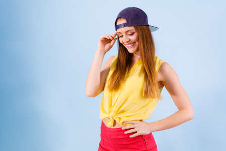 estilo urbano: Fashion of teens. Beauty teenage girl presenting urban style. Fashionable young woman posing in stylish casual clothes.
