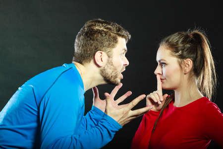 Man misbruik maakt van de vrouw. Agressieve man schreeuwen naar vrouw vraagt om stilte. Huiselijk geweld agressie. Slechte relatie. Stockfoto