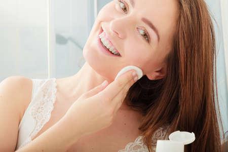 Frau entfernen Make-up mit Tupfer Wattepad. Junges Mädchen, die Pflege der Haut. Skincare Konzept. Standard-Bild - 54981412