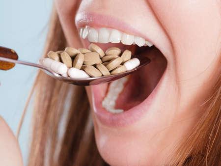 sobredosis: Mujer que toma píldoras. Chica femenina comer pila de tabletas. Drogadicto y el concepto de atención médica. Sobredosis.