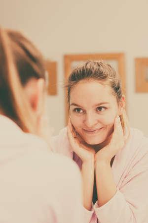 pulizia viso: Donna delle pulizie peeling il viso nel bagno, facendo massaggio viso con scrub. Ragazza che cattura cura della condizione della pelle. Igiene. trattamenti spa Skincare.