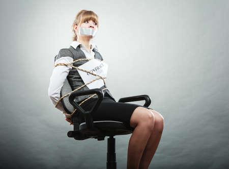 gefesselt: Angst Gesch�ftsfrau von Vertragsbedingungen mit dem Mund zugeklebt gebunden. Erschrockene Frau auf Stuhl geworden Slave gebunden. Wirtschaft und Recht-Konzept.
