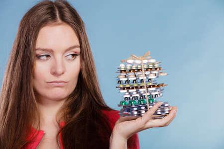 sobredosis: Mujer con pastillas. Hembra joven con la pila de tabletas. Drogadicto y el concepto de atención médica. Sobredosis.