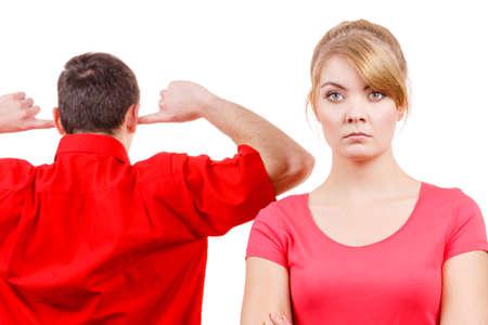 enojo: Pares que tienen argumento, las malas relaciones de conflicto. Mujer ofendido y enojado hombre de pie con los dedos en sus oídos no escuchar Foto de archivo