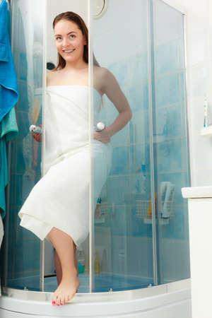 cabine de douche: Fille douche dans une cabine de douche cabine enceinte. Jeune femme avec une serviette blanche en prenant soin de l'hygiène dans la salle.