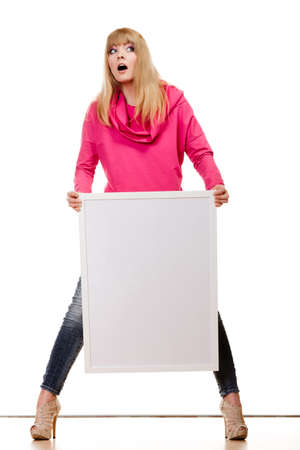 body expression: Publicidad y concepto de moda. cara emocional Expresi�n de la mujer de cuerpo completo con tablero de presentaci�n en blanco. Aislada