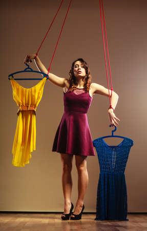 compras compulsivas: Shopaholic concepto de adicci�n a la moda. Adicto a la mujer de las compras, t�tere manette chica con la ropa puesta, la compra de la cadena trastorno.