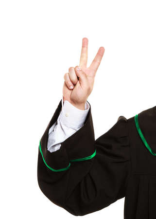toga: Comprender y explicar el env�o de un mensaje claro. Abogado desgaste toga esmalte y mostrar signo de la mano. El hombre hace gesto con la muestra de la mano de dos dedos de la victoria.