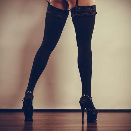 sexualidad: La sexualidad de las mujeres. Mujer parte del cuerpo que llevaba medias atractivas negras. Piernas largas femeninas en zapatos de tacón alto.