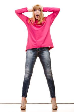 body expression: Moda. Todo el cuerpo rubia mujer de moda amplia expresi�n de la cara sorprendida emocional ojos. aislado en blanco