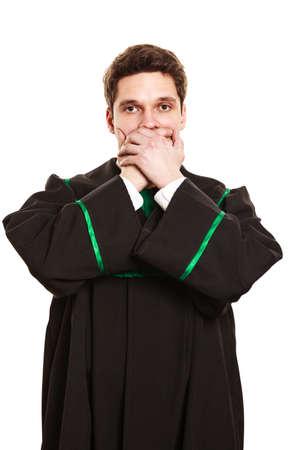 toga: Las emociones y el mensaje claro de comunicaci�n. Joven boca cubierta del individuo con las manos. desgaste de hombre traje de abogado toga. Foto de archivo