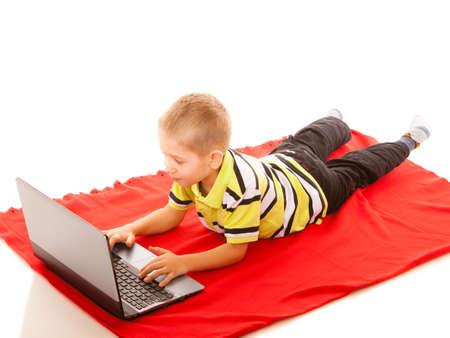 niños platicando: La educación, la escuela, la tecnología y el concepto de Internet - niño pequeño alumno con el equipo de PC portátil