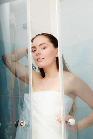 cabine de douche: Fille douche dans l'enceinte de la cabine de douche. Femme prenant soin de l'hygiène dans la salle. Banque d'images