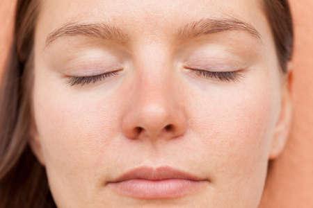 Naturalne piękno kobiet. Portret jasnej twarzy skóry kobiety. Pielęgnacja twarzy.