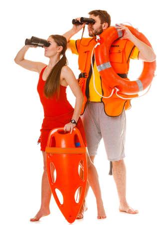 Bagnini con anello torpedo boa salvagente e giacca giubbotto di salvataggio guardando attraverso un binocolo. Uomo e donna, supervisione piscina. Antinfortunistica.