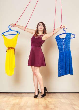 compras compulsivas: Shopaholic concepto de adicción a la moda. Adicto a la mujer de las compras, títere manette chica con la ropa puesta, la compra de la cadena trastorno.