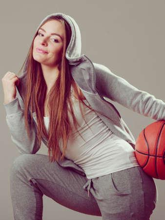 sweatshirt: Niña adolescente llevaba capucha deportiva de baloncesto celebración sudadera. Deporte adolescente.