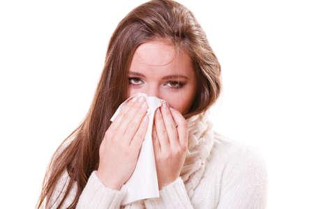 alergenos: Gripe frío u otro virus. Chica Mujer enferma con fiebre estornudos en el tejido, que sufre de anginas. Cuidado de la salud.