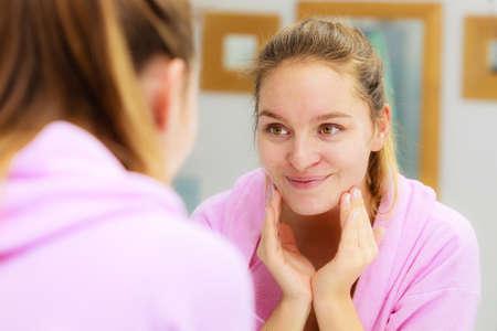 여자 화장실에서 그녀의 얼굴을 풀기, 청소 스크럽 얼굴 마사지를 만들기. 피부 상태를 돌보는 소녀. 위생. 스킨 케어 스파 트리트먼트. 스톡 콘텐츠 - 62474591