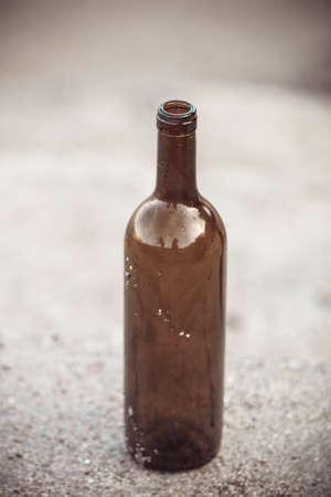 alcoholismo: olvidado al aire libre botella de vino. problemas de abuso y el alcoholismo Foto de archivo