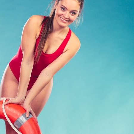 salvavidas: Salvavidas feliz con salvavidas boya de anillo. Mujer chica supervisar piscina de agua en azul. Prevención de accidentes.