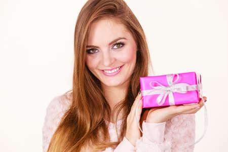 generosidad: Envio de personas concepto. Navidad navidad temporada de invierno. Mujer encantadora con rosa rosa caja de regalo