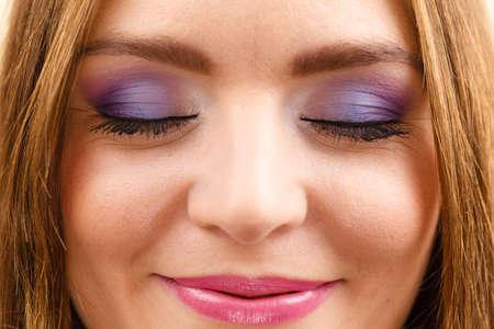 Primo piano chiuso degli occhi di trucco luminoso variopinto dell'occhio del fronte della donna. Vacanze estive e concetto di bellezza