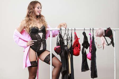 ae0cd47d12 Sensual mujer de pelo largo la compra de ropa interior ropa seductora.  Dylema de la elección de la ropa interior.