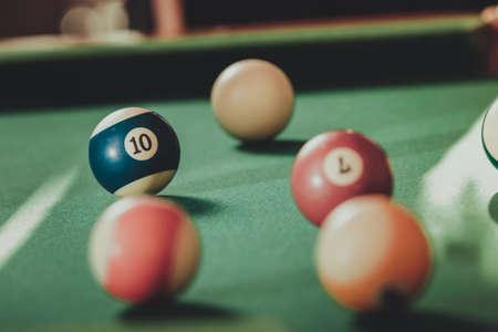 Billard boules de repère sur la table verte. jeu de billard