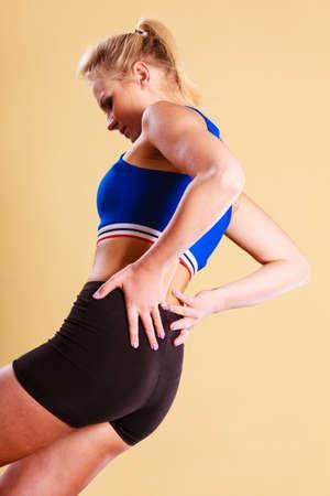 Sportovní trénink tělocvična a zdravotní problém. Mladí přizpůsobení žena s bolestmi zad. Žena trpí bolestmi zad Reklamní fotografie