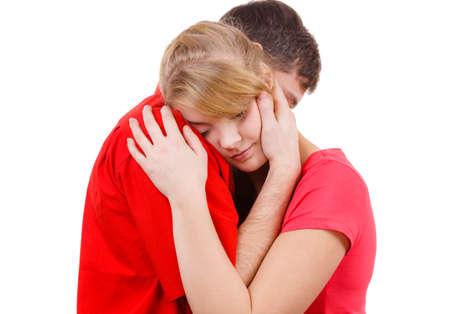 Couple enlacé. La femme est triste et être consolé par son partenaire. Homme réconfortant sa petite amie. fille Troubled et son petit ami. Studio, coup sur blanc Banque d'images - 65018925