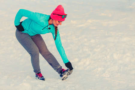 girl working out: Girl working out in freezing temperatures, exercising in subzero temperatures, fitness fashion health nature concept