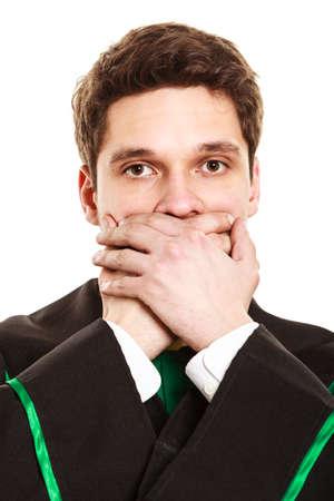 toga: Las emociones y el mensaje claro de comunicación. Joven boca cubierta del individuo con las manos. desgaste de hombre traje de abogado toga. Foto de archivo