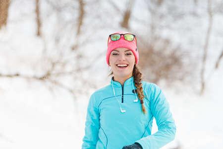 palle di neve: La ragazza ha divertimento palle di neve lancio. Rilassatevi nel parco d'inverno. natura Salute concetto di moda fitness.