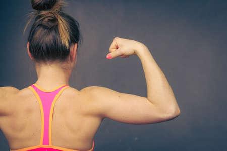 Frau Athletischen Jungen Mädchen Muskeln Des Rückens Und Der ...