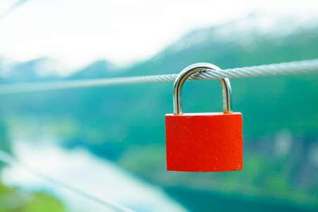 fidelidad: vacaciones y viajes de turismo. Roja de candado de bloqueo amor en el puente y las montañas, vistas desde la perspectiva mágica Geirangerfjorden Flydalsjuvet, Noruega Escandinavia.