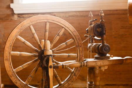 Traditionelle Geräte, Konzept Jahrgang Schneiderei Ausrüstung. Old fashioned Holz Rocken, Spindel, Spinnrad Standard-Bild