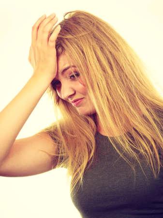 avergonzado: Las emociones, la vergüenza, incomodidad gestos concepto. Avergonzado mujer rubia haciendo facepalm la mano puesta en la frente. Foto de estudio sobre fondo blanco.