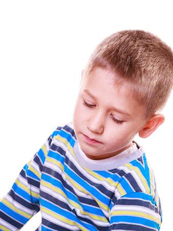 Emociones y pensar soñar despierto. Niño pequeño absorbió la calma y pensativo solo.