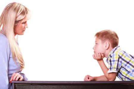 Relaciones argumentos y discusión. Madre e hijo se sientan a la mesa y discuten, discuten, resuelven el problema. Foto de archivo