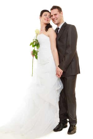 4251c90f5  72677662 - Día de la boda. Retrato de pareja casada romántica. El estudio  integral disparó fondo blanco.