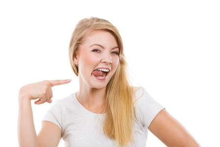어리석은 얼굴 개념을 만드는 장난. clothespin에 혀가 금발의 여자 스톡 콘텐츠