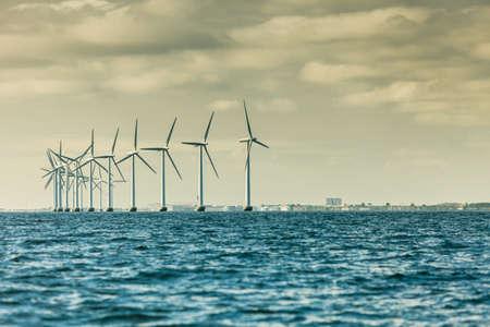 Vertikale Achs-Windkraftanlagen-Generatorfarm für erneuerbare nachhaltige und alternative Energieerzeugung entlang der Küsten-Ostsee bei Dänemark. Ökostrom, Ökologie. Standard-Bild