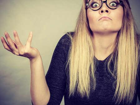着て式ショックを受けた大きなおたくオタク眼鏡変人女性顔のクローズ アップ。