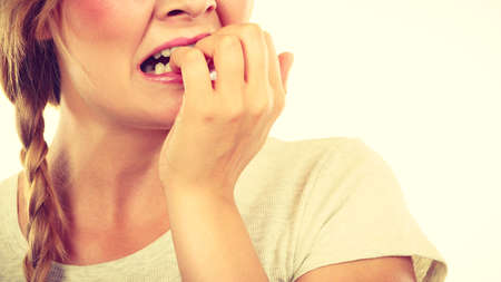Stress, Angst, Emotionen und Probleme Konzept. Angst, betonte Frau, die ihre Nägel beißen