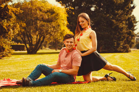 Roman d'amour relation valentines dating concept. Couple de temps ensemble dans le parc de dépenses. Jeune fille et le garçon étreindre sur l'herbe. Banque d'images - 77238014