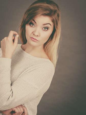 不審な探している混乱の若い金髪女性。混乱顔表現コンセプト。スタジオは、灰色の背景で撮影。 写真素材