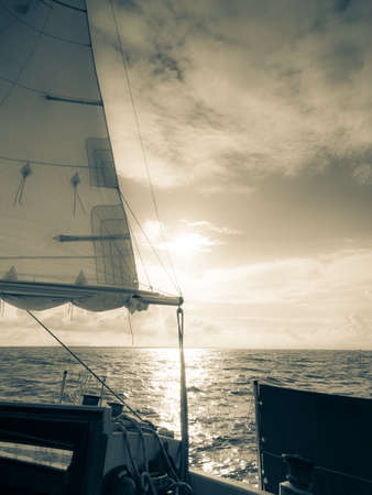 Yachting auf Segelboot während des sonnigen Sommerwetters auf ruhigem Seewasser. Sportliches Transportkonzept. Standard-Bild - 79699893
